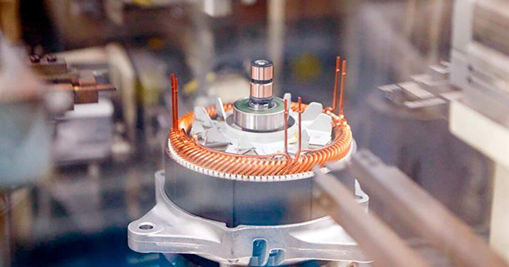 Инверторы и блоки управления мощностью DENSO позволяют оптимизировать процесс заряда-разряда основной батареи гибридного автомобиля