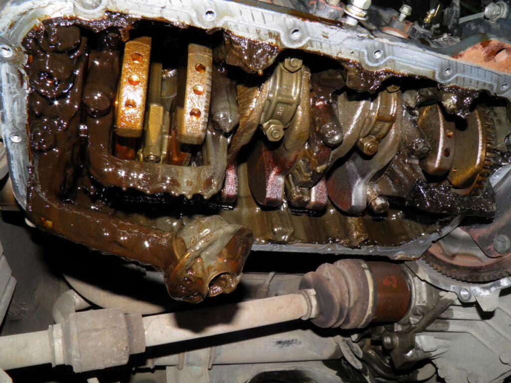В нижней части двигателя тот же «гуталин»