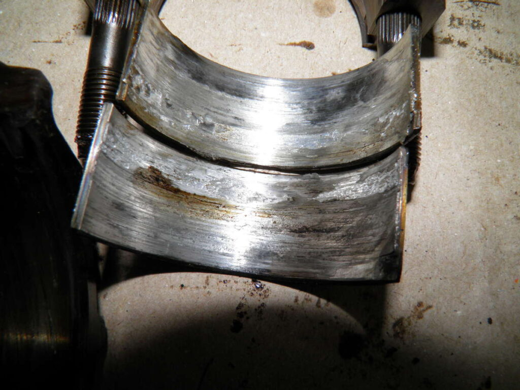 Логичный финал работы двигателя на «гуталине» - задранные вкладыши