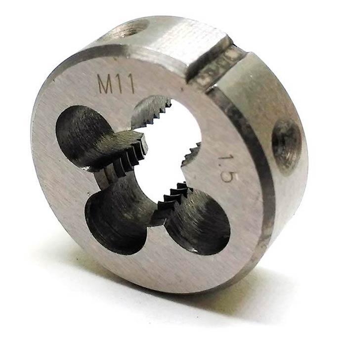 Плашка для нарезания внешней резьбы. Как и метчики, плашки имеют маркировку. Перед нами инструмент для нарезания метрической резьбы с внешним диаметром 11 мм и шагом 1,5 мм